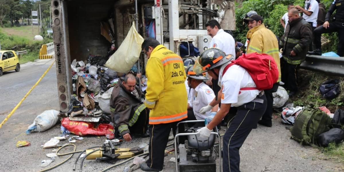 Un muerto y cuatro heridos tras volcar camión en Ciudad Peronia