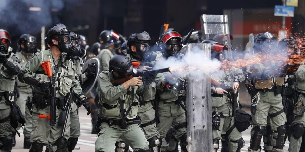Represión en protestas en Hong Kong: policía balea a manifestante en jornada de furia en aniversario 70 del Partido Comunista al mando