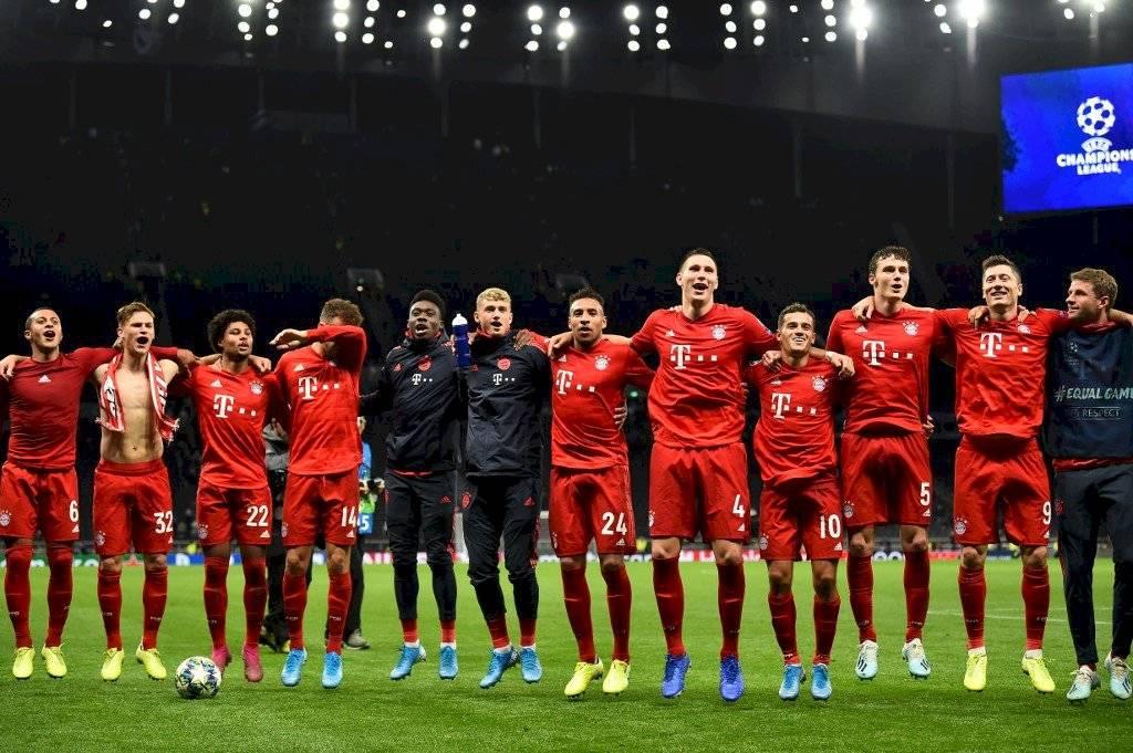 Los jugadores saludan a su afición tras el triunfo