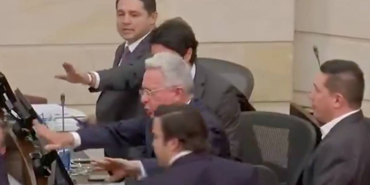 (VIDEO) Uribe le dijo payaso a otro senador en medio de Plenaria que terminó en empujones