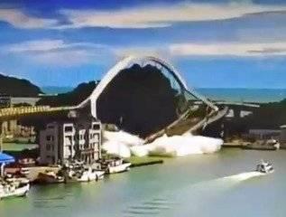 Impactante momento en el que un puente se desploma mientras era transitado