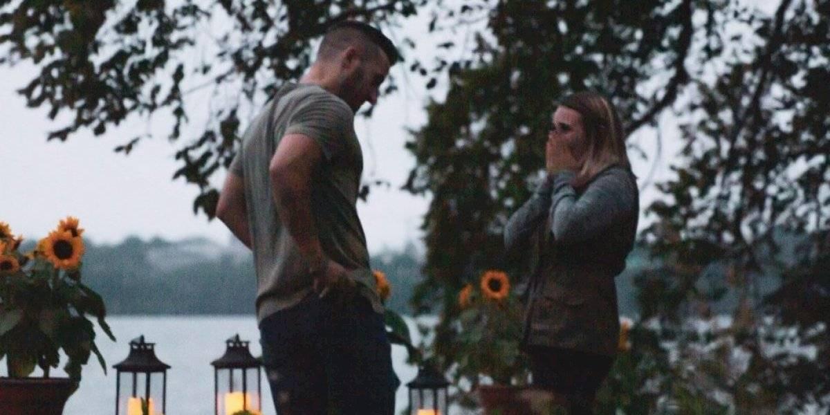 Las imágenes se volvieron virales: mujer se disfraza de árbol para sacar fotos a escondidas del momento en que le pedían matrimonio a su hermana