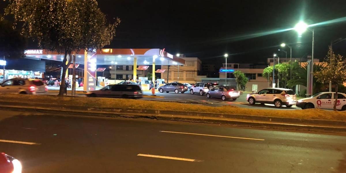 Conductores hacen fila en las gasolineras tras anunció de eliminación de subsidios al diésel y gasolina extra