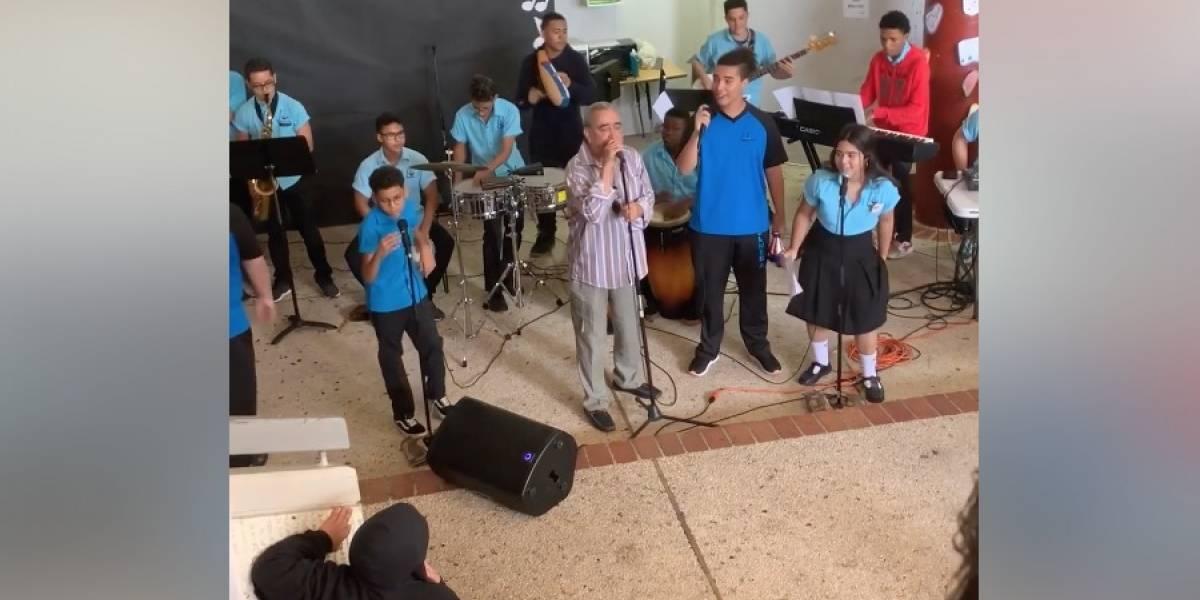 Estudiantes de escuela pública cantan con Andy Montañez