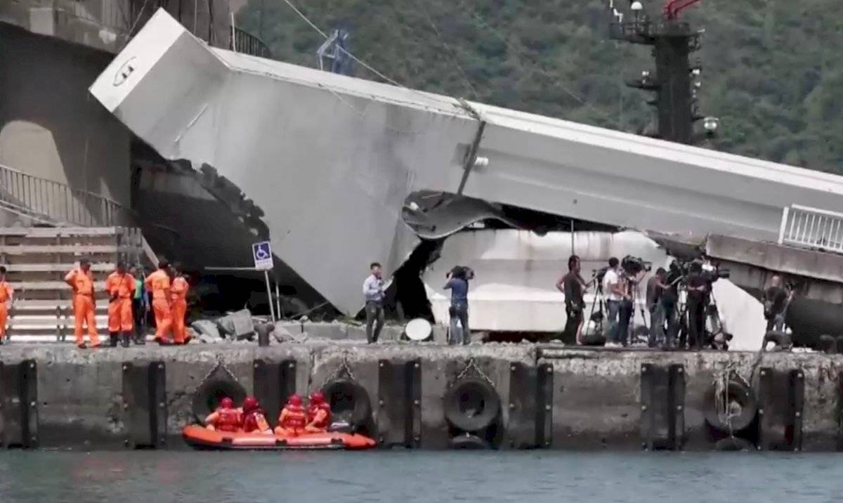 Un puente se derrumbó y dañó al menos a 20 personas
