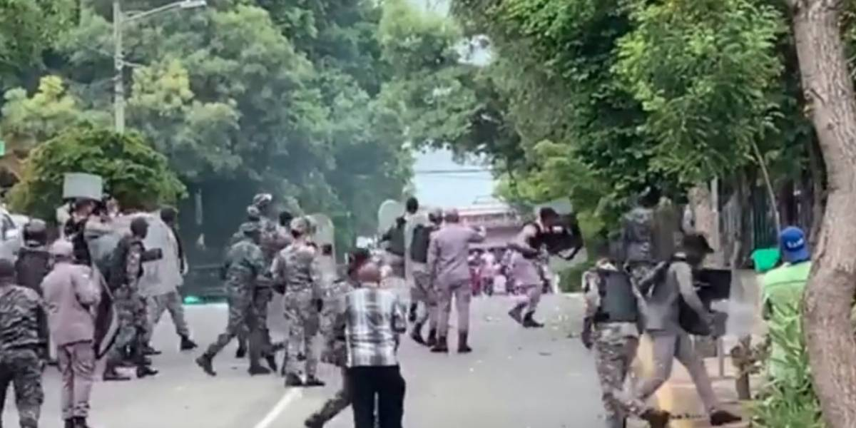 Protesta de trabajadores de la UASD desemboca en disturbios con la Policía