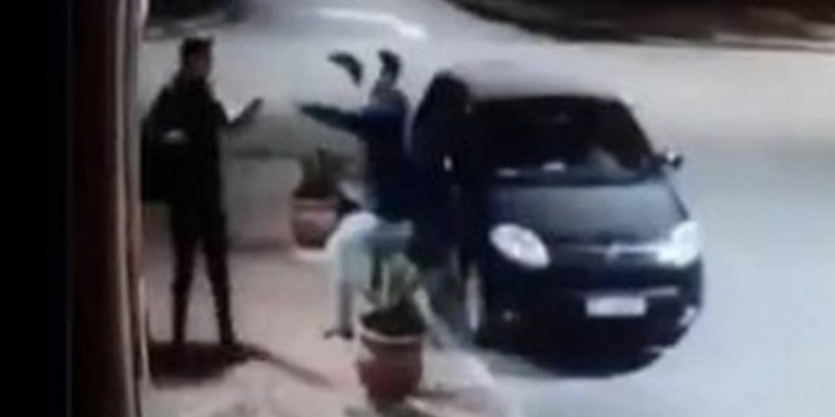 VIDEO. Ladrón intenta asaltar a joven, se da cuenta que lo conoce y le da un abrazo