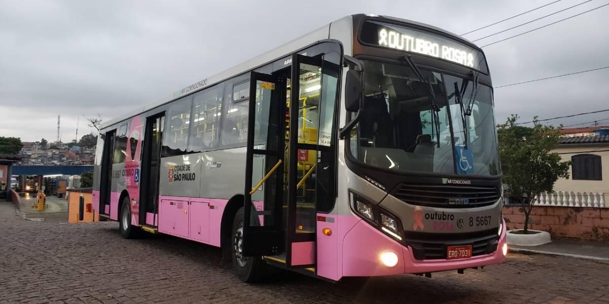 Outubro Rosa: Ônibus pintado em São Paulo conscientiza sobre câncer de mama
