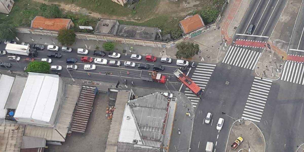 Acidente entre caminhão e trólebus complica trânsito na região do Brás