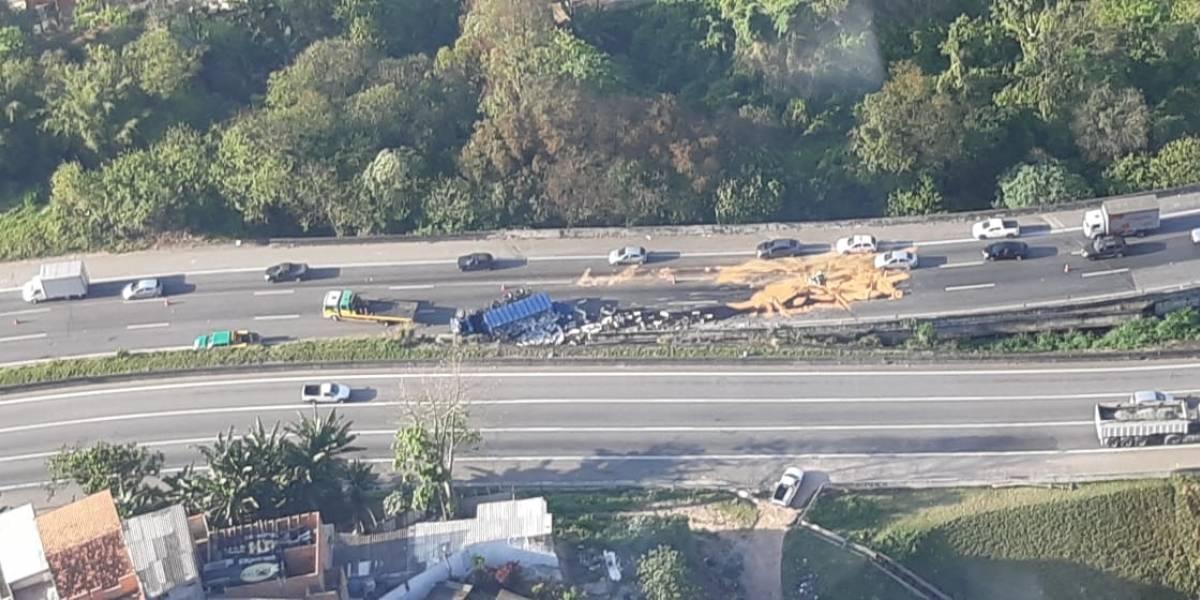 Caminhão derruba carga em acidente com ferido na rodovia Fernão Dias