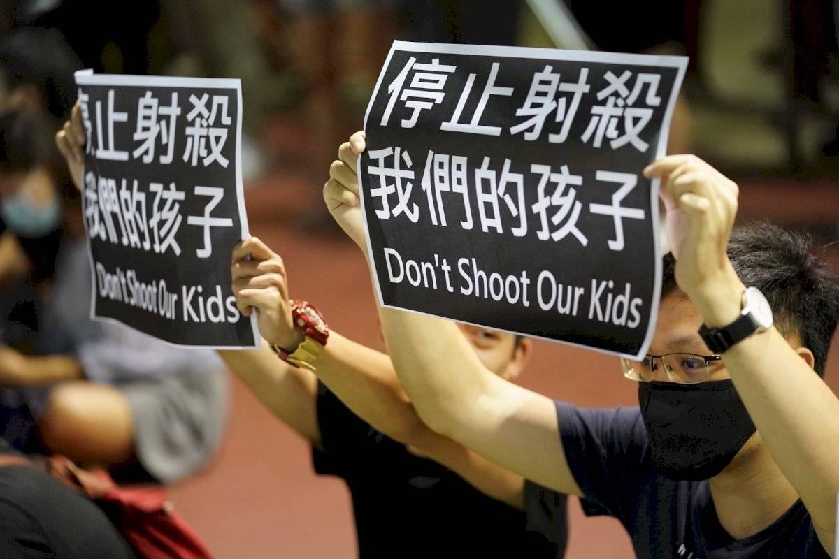 """Pancartas con la leyenda """"No disparen a nuestros hijos"""""""