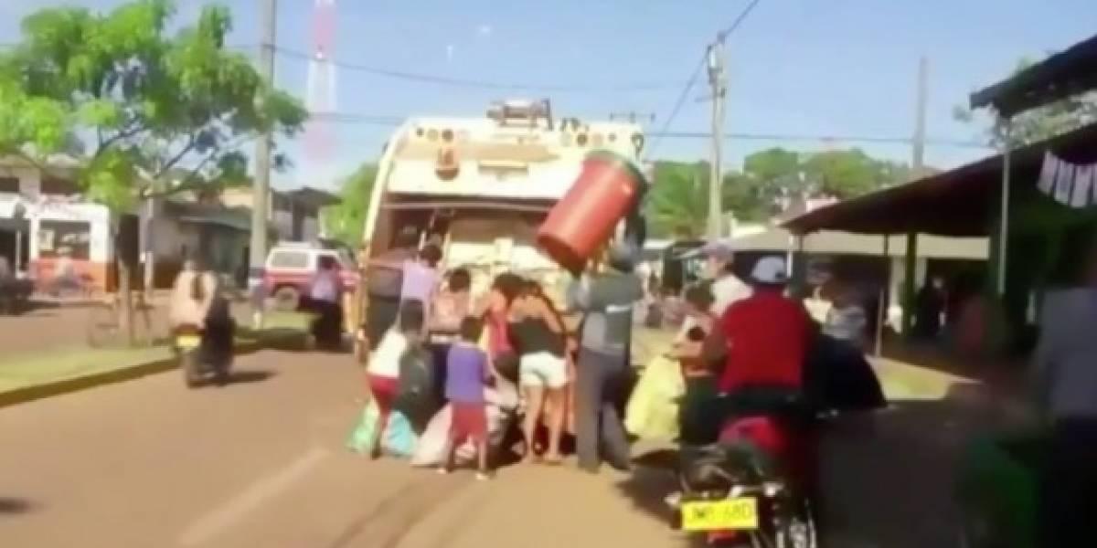 (VIDEO) Las desgarradoras imágenes de indígenas persiguiendo camiones de basura buscando qué comer