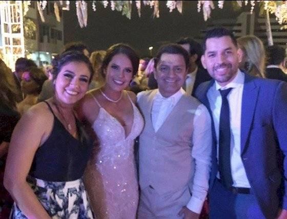 Jorge Pérez y los novios.