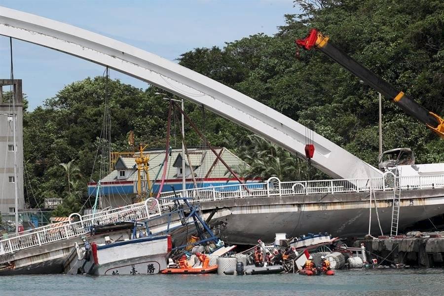 Tres barcos pesqueros golpearon contra la estructura EFE