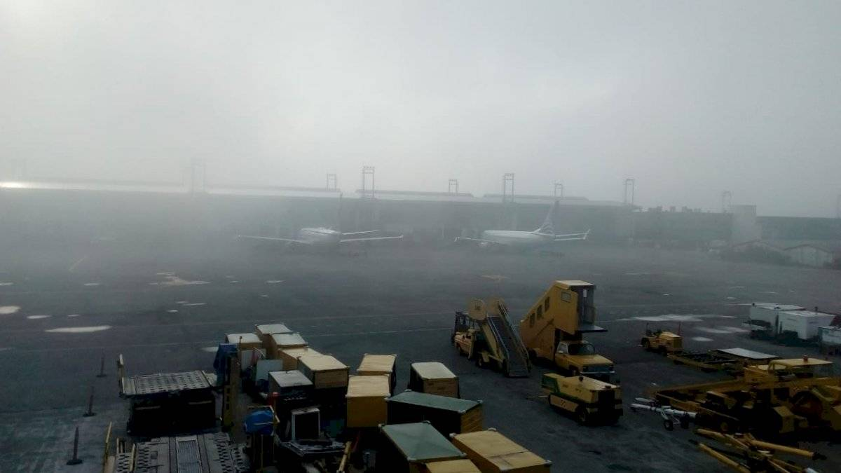 Suspenden operaciones en aeropuerto La Aurora por presencia de neblina