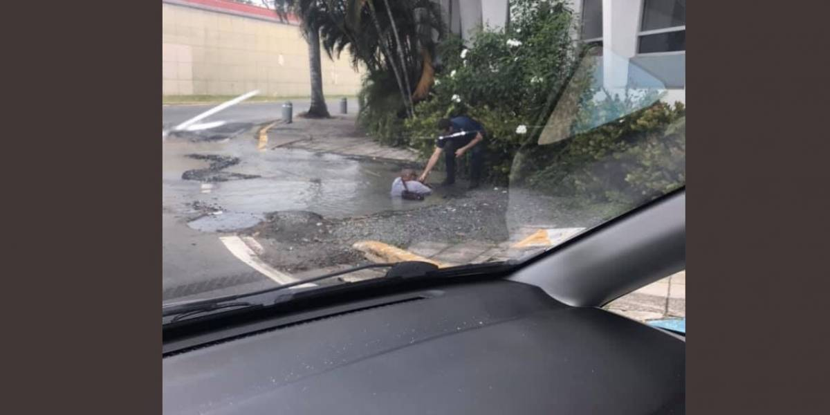 Hombre cae dentro de boquete en Santurce