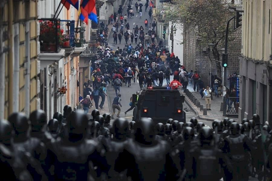Manifestantes se enfrentan con policías durante una jornada de protestas contra las medidas económicas del Gobierno de Lenín Moreno. EFE
