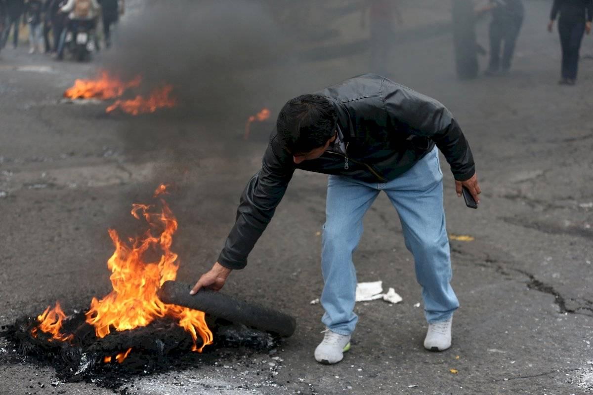 Manifestantes se enfrentan con la Policía durante una jornada de protesta contra las medidas económicas del Gobierno del presidente Lenín Moreno EFE