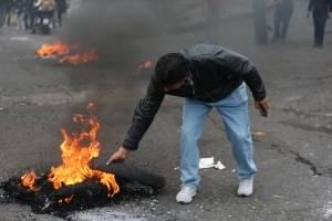 Manifestantes se enfrentan con la Policía durante una jornada de protesta contra las medidas económicas del Gobierno del presidente Lenín Moreno