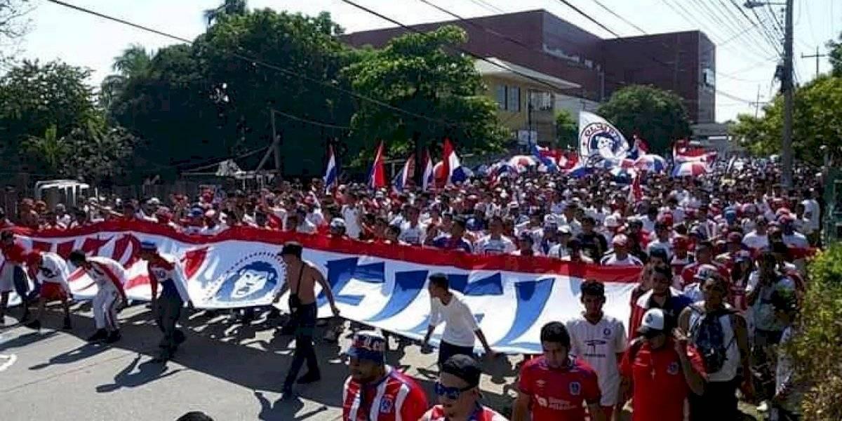 Aficionados de Olimpia se vuelcan a Guatemala, así cruzaron la frontera