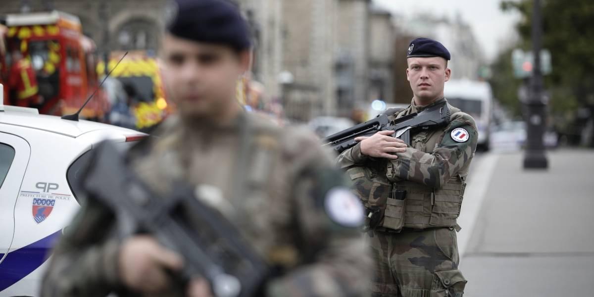Ataque con cuchillo en sede de la policía de París: cuatro personas muertas a manos de un oficial