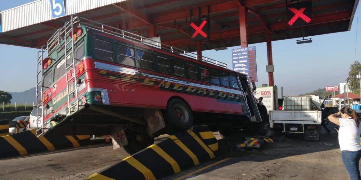 Bus choca contra garitas en peaje de autopista Palín-Escuintla