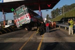 Bus choca contra garitas en el peaje de la autopista Palín-Escuintla