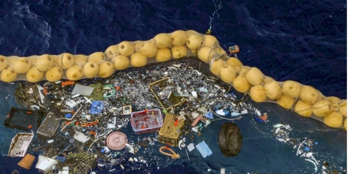 """¡Increíble! Un barco limpia una """"isla de plástico"""" generada por basura y desechos"""