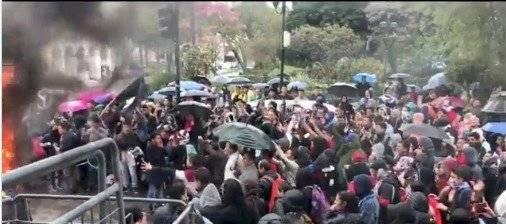 Enfrentamientos entre manifestantes y ciudadanos en la Gobernación del Azuay Captura de pantalla
