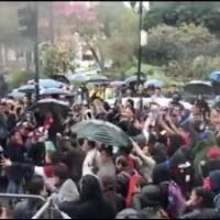 Enfrentamientos entre manifestantes y ciudadanos en la Gobernación del Azuay