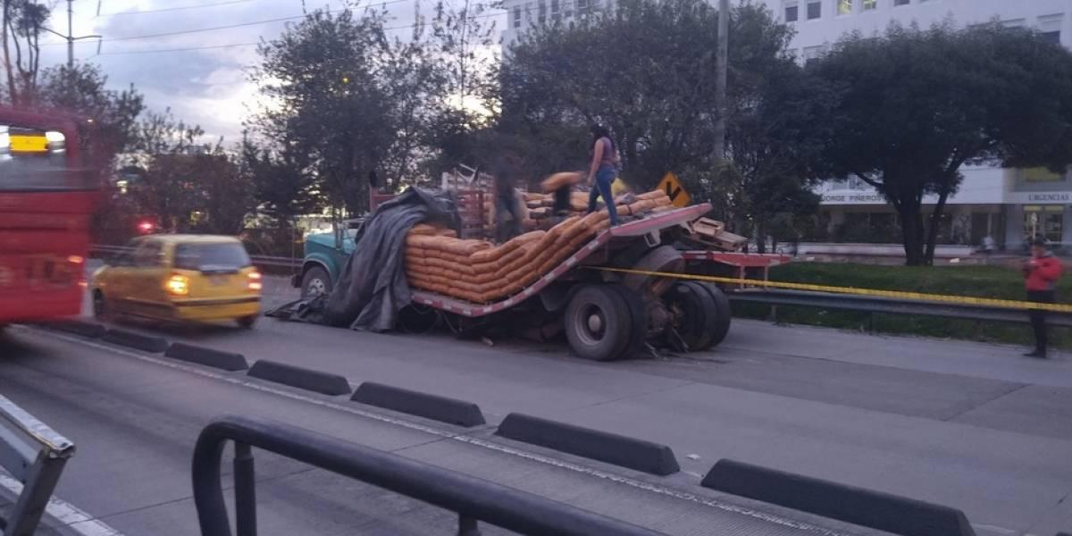 Monumental trancón en la Autonorte por camión que se partió con exceso de carga