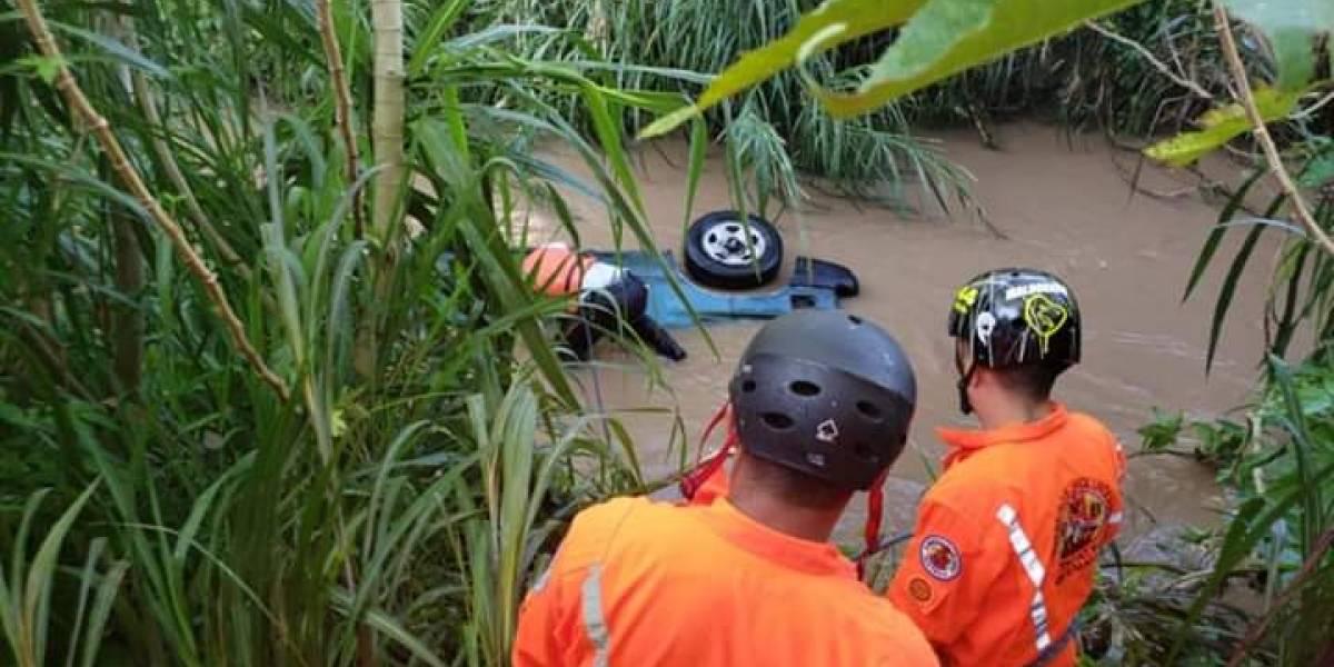 Ocupantes de vehículo caen a río mientras escapaban de la policía
