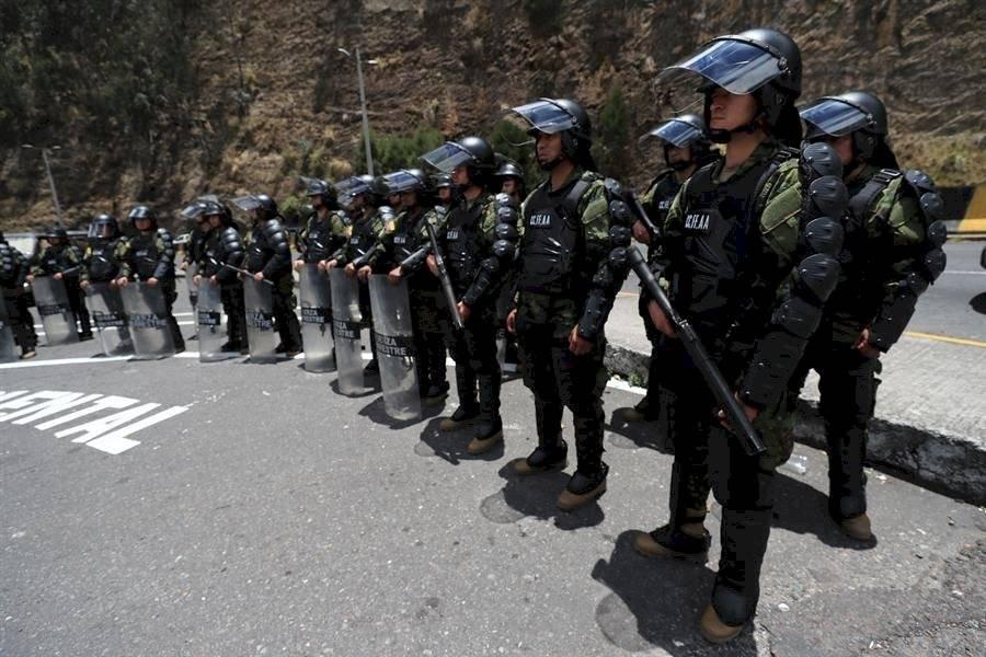 Policías ecuatorianos montan guardia este viernes, por toda la ciudad de Quito y alrededores (Ecuador). EFE/José Jácome