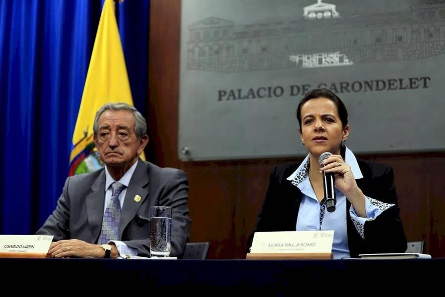 La ministra ecuatoriana de Gobierno, María Paula Romo, y el ministro de Defensa, Oswaldo Jarrin (i), participa en una rueda de prensa este viernes, en Quito (Ecuador). EFE/José Jácome