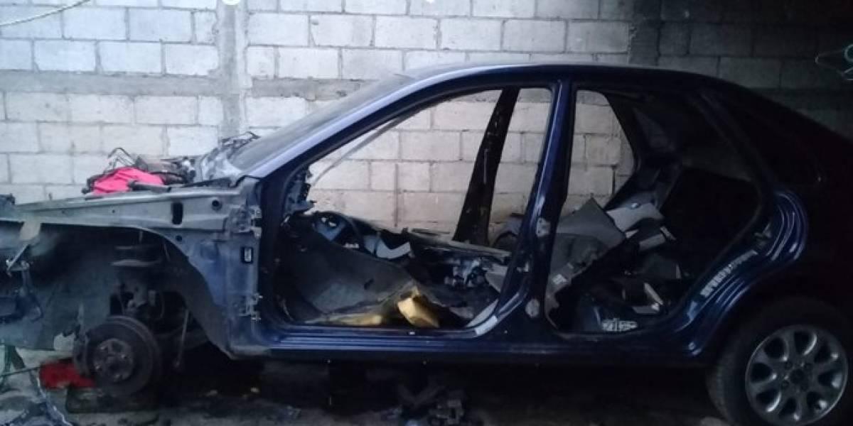 Tres detenidos al ser descubiertos desmantelando un carro robado