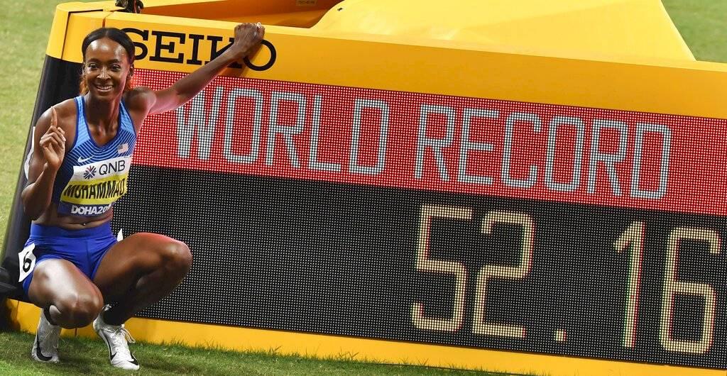 La estadounidense Dalilah Muhammad tras romper el récord mundial de los 400 metros con vallas femeninos en el Mundial de atletismo, el viernes 4 de octubre de 2019, en Doha, Qatar. (AP Foto/Petr David Josek) AP