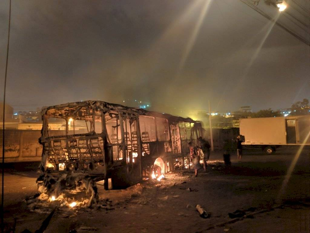 Ônibus incendiado em Costa Barros, Rio de Janeiro