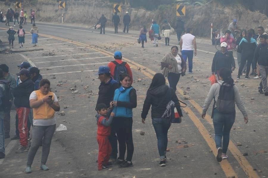 Indígenas cierran la carretera este viernes, en el sector de Cangagua, provincia de Pichincha (Ecuador). EFE/ José Jácome