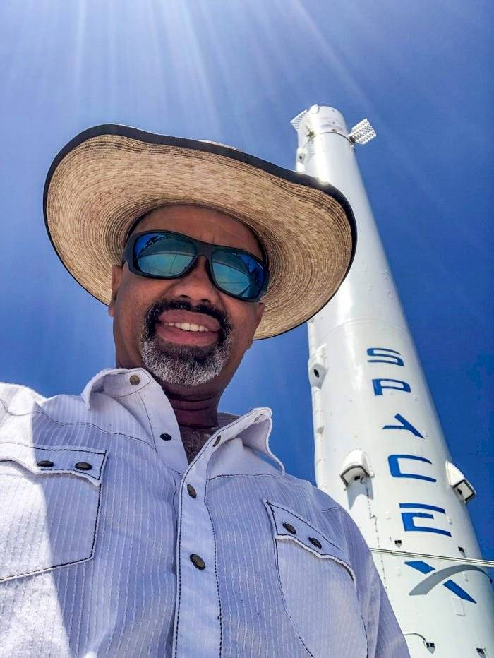 nsólito: Fan de SpaceX pasó noche en la cárcel por tomar fotos de un prototipo de la compañía