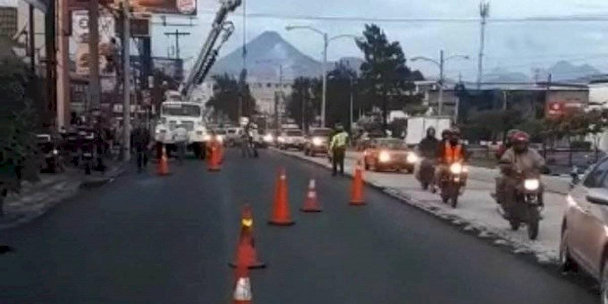 Conductor derriba poste y complica el tránsito en calzada Aguilar Batres