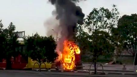Un carro particular se incendió en la calle 26, de Bogotá