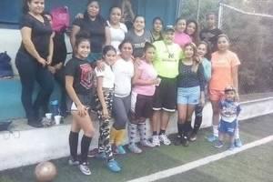 El equipo de fútbol femenino Deportivo Fénix busca apoyo económico.