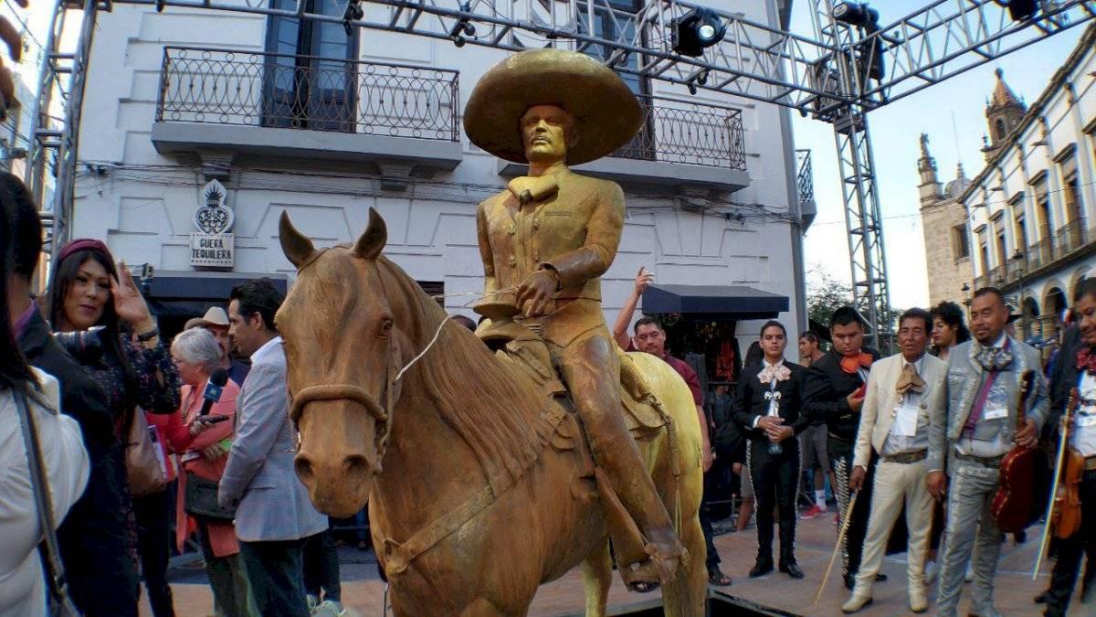 Develan escultura en honor a Vicente Fernández en Guadalajara