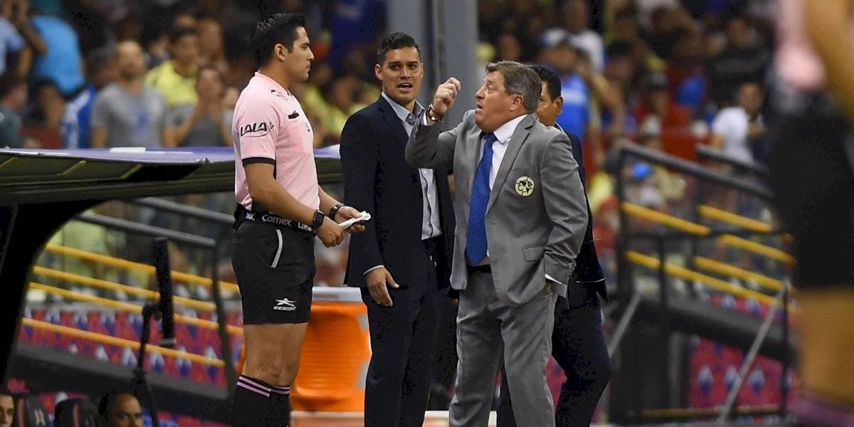 VIDEO: Miguel Herrera llama 'puto' al árbitro del Clásico joven