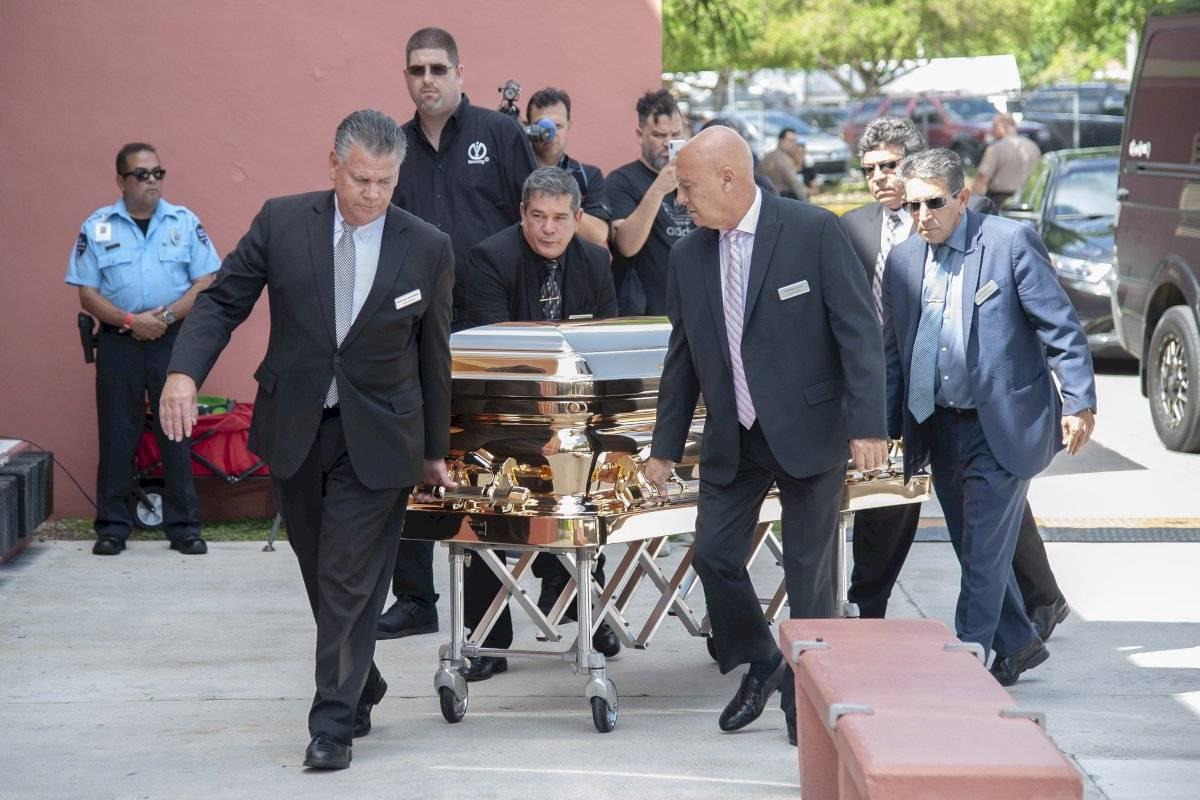 El féretro con los restos del cantante mexicano José José llegan al Miami Dade County Auditorium para un velorio público el domingo 6 de octubre del 2019 en Miami. Foto: Gaston De Carenas (AP)