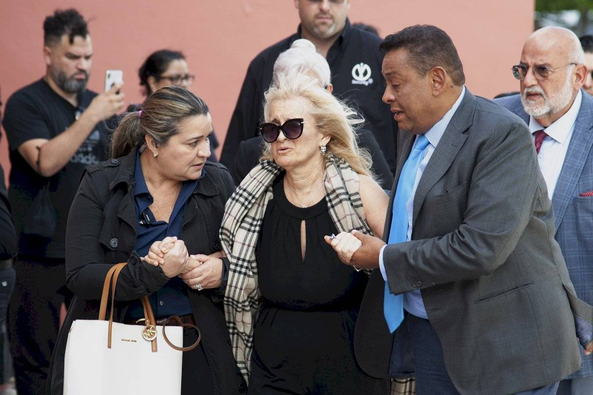 Sara Salazar, en el centro, viuda de José José, llega al velorio público del cantante mexicano en el Miami Dade County Auditorium el domingo 6 de octubre del 2019 en Miami. Foto: Gaston De Cardenas (AP)