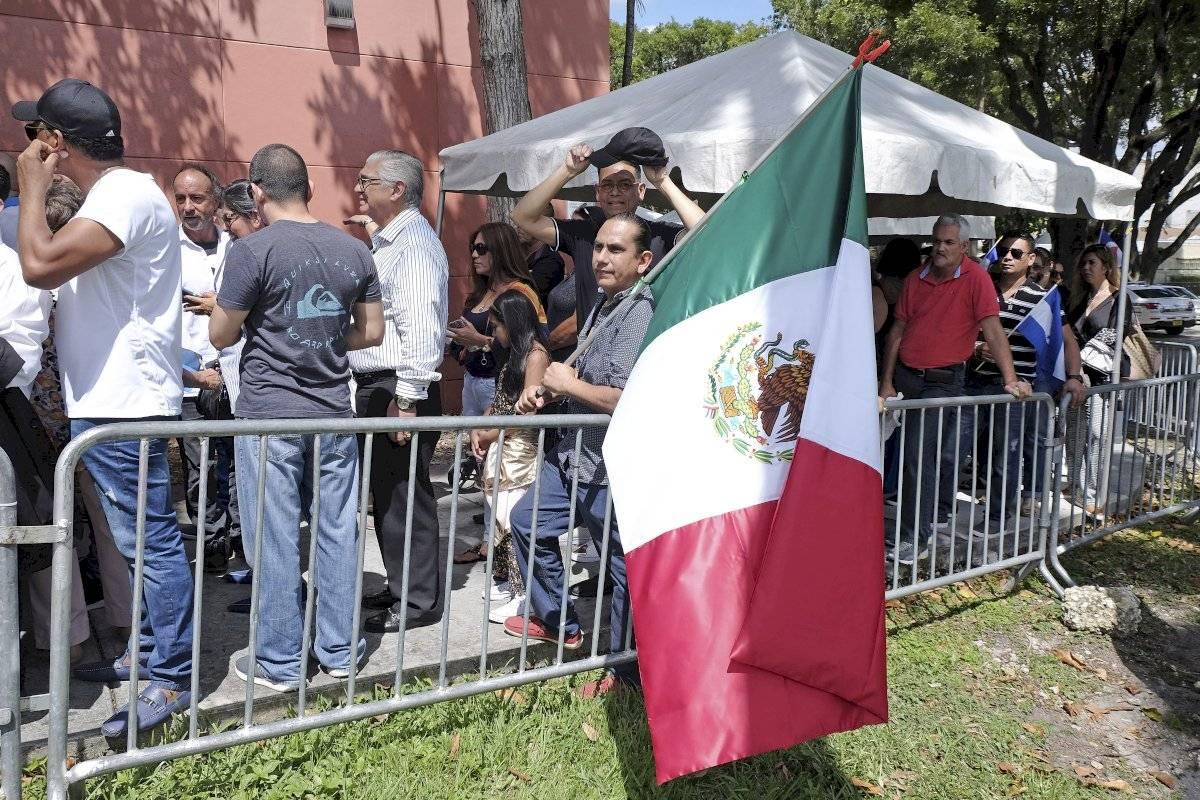 Un admirador sostiene una bandera mexicana mientras espera en fila para entrar al Miami-Dade County Auditorium durante un velorio público del cantante mexicano José José, el domingo 6 de octubre del 2019 en Miami Foto: Gaston De Cardenas (AP)