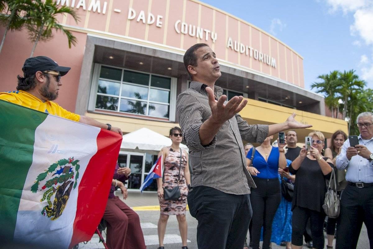 El cantante cubano Eddie Marcos serena al la multitud afuera del Miami-Dade County Auditorium durante el velorio público del cantante mexicano José José, el domingo 6 de octubre del 2019 en Miami. Foto: Gaston De Cardenas (AP)