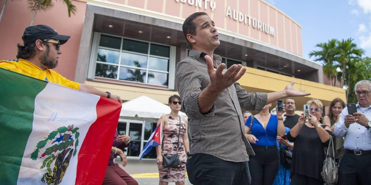 Cantando sus canciones despiden a José José en Miami
