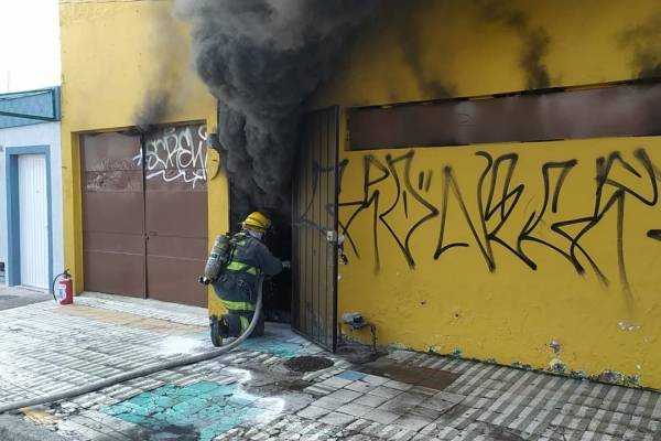 Incendio destruye negocio de piñatas y dulces en San Andrés, Guadalajara